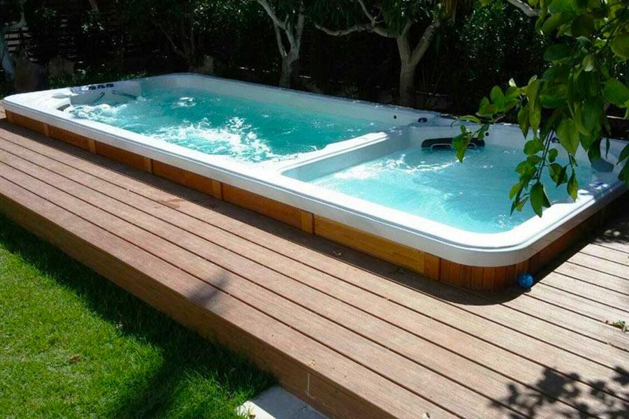 Spa de nage double bassins sur une terrasse bois