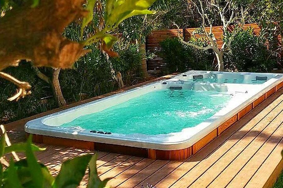 Spa de nage sur une terrasse bois