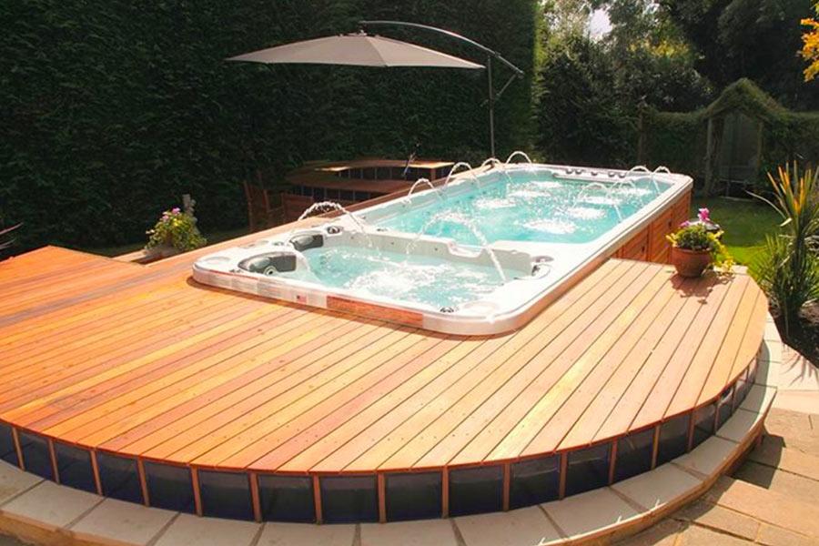 Spa de nage sur une terrasse ronde