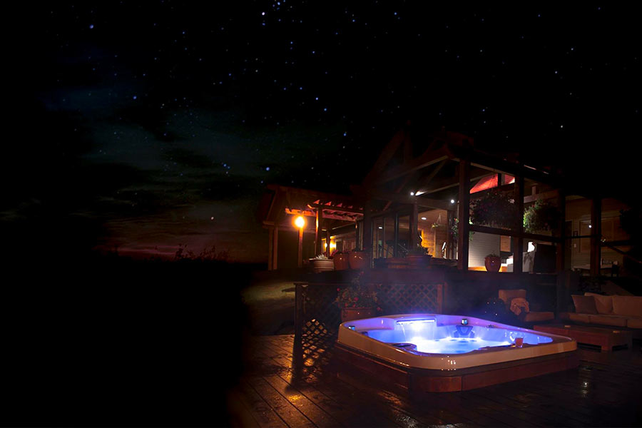 Spa traditionnel sur une terrasse by night